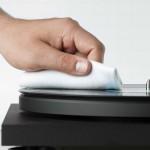 使用方法レコードクリーナーをラベルにかからないように盤面にスプレーし、クロスでレコードの溝に沿ってやさしく拭いてください。